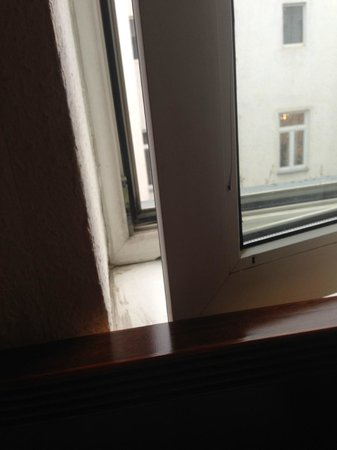 Novum Hotel Congress Wien am Hauptbahnhof: impossible to open the window