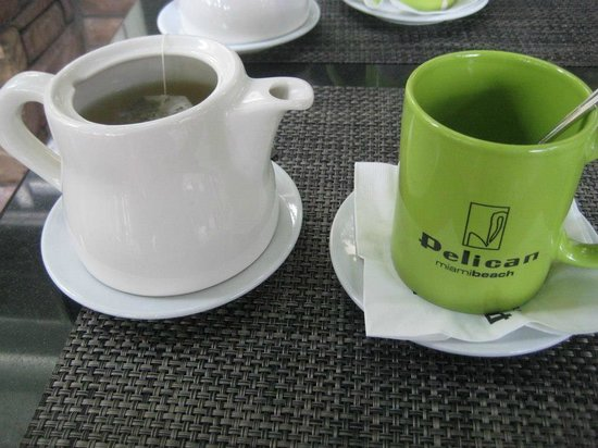 Pelican Hotel: Hot tea for us Canadians!