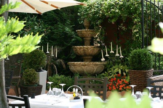 Hotel Le Servotel Castagniers : terrasse restaurant