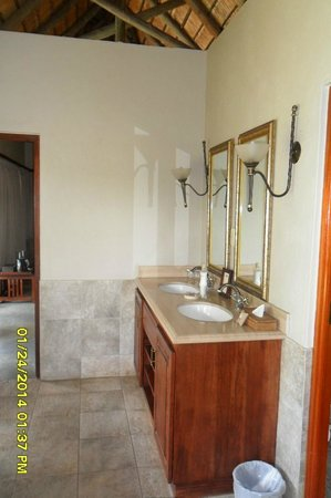 Imbali Safari Lodge: Bathroom