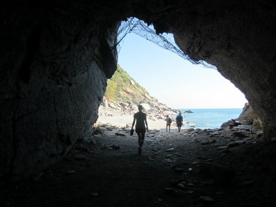 I Limoni di Thule : The tunnel from the town to the rock beach.