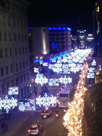 Inglaterra Hotel: Looking out from the balcony. Christmas lights on.
