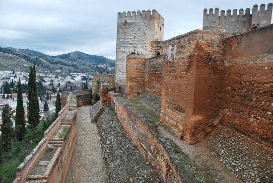 Granada a Pie : Vista de las murallas defensivas y foso-La Alhambra