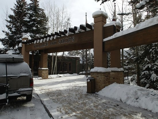 Keystone Lodge & Spa: Entryway to the lake and stores just below the Lodge
