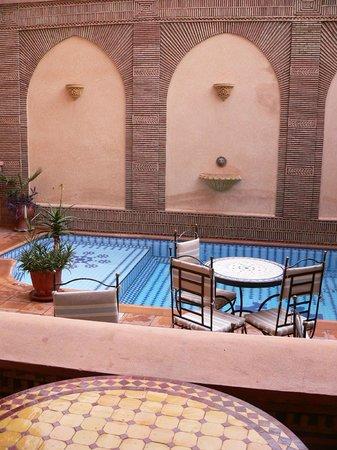 Amani Hôtel Appart: terrasse aux abords de la piscine
