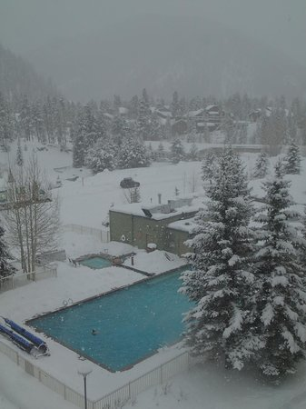 Keystone Lodge & Spa: Looking down on the heated, open-air pool