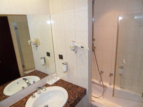 Novum Hotel Madison Dusseldorf Hauptbahnhof : clean and bright bathroom