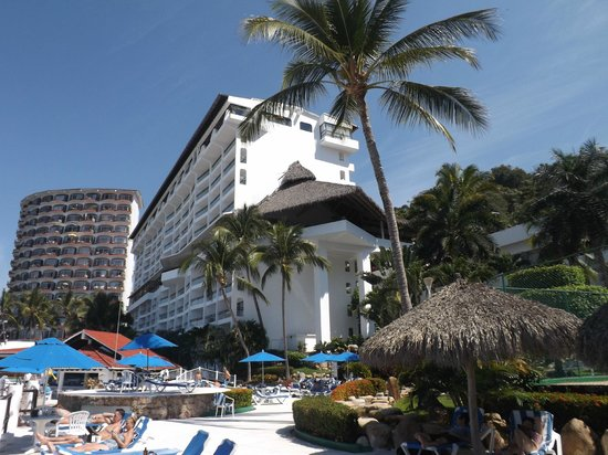BEST WESTERN PLUS Suites Puerto Vallarta: Hotel view from beach area