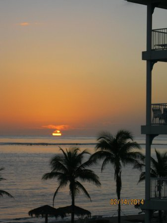 Morritts Tortuga Club and Resort: The view of the sunrise from my bedroom!
