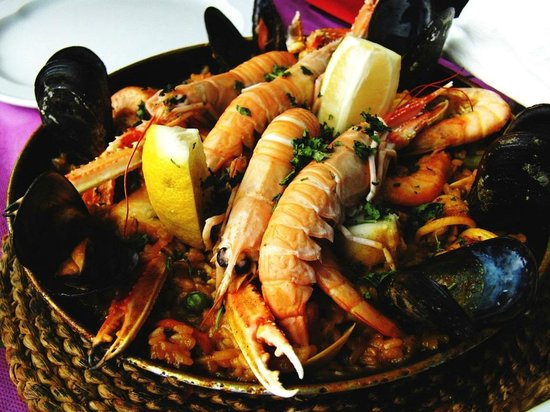 Rey Alfonso: Massive ingredients, such as scampi, prawns, musseles, clams and squid.