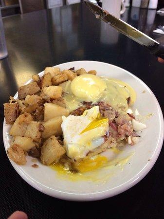 Mike's City Diner : Corned beef hash Benedict