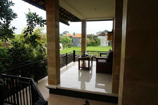 Gerhana Sari 2 Bungalows: Relaxing balcony overlooking rice fields.