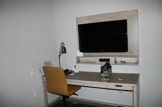 Four Points by Sheraton Jacksonville Beachfront : 2nd TV in the sitting room. Another in the bedroom