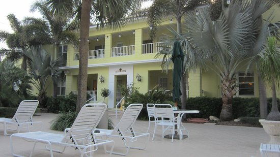 Alhambra Beach Resort: Poolside balconies and patios