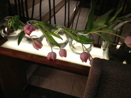 The Ritz-Carlton, Vienna: Wilted flowers in the Vienna RC lobby