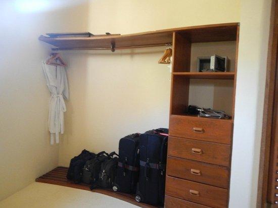 Hotel Cinco Sentidos: Storage area in bathroom