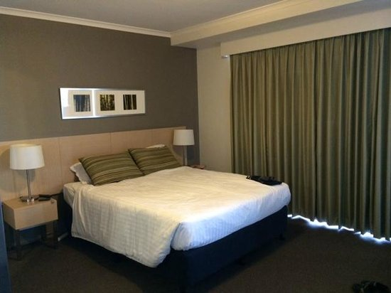 Adina Apartment Hotel Brisbane: Bed with balcony on the right, bath on the left