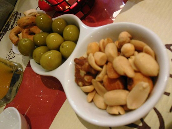 Ristorante Pizzeria Vitaliano: This is a complimentary: olive, nuts and fried pasta were first of all served.