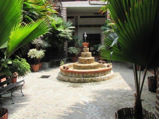 Hotel Caseron Plaza: Hotel Courtyard Garden