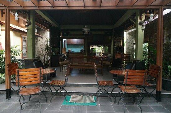 Ndalem Maharani Guest House: Courtyard.
