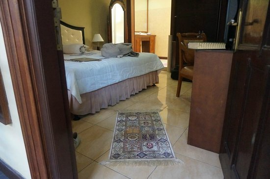 Ndalem Maharani Guest House: Rooms look nice.