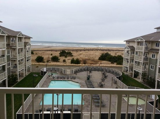 Worldmark by Wyndham, Long Beach: 4th floor view of pool and ocean. Nice deck with barbecue