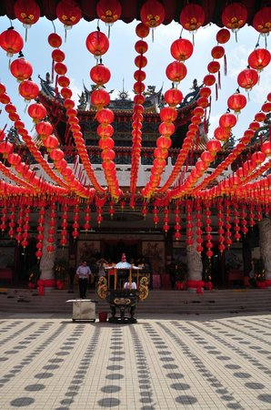 Thean Hou Temple : A front view of the temple amid the lanterns