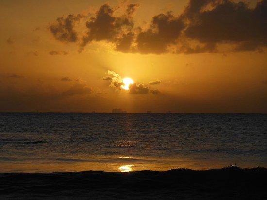 Iberostar Tucan Hotel: Amanecer en la playa
