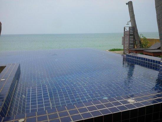 Lipa Bay Resort : Infinity pool