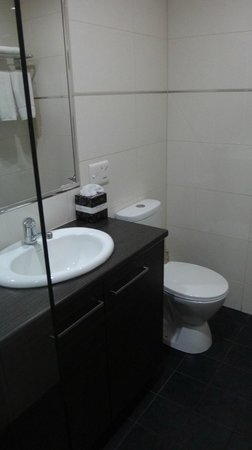 Quality Hotel Darwin Airport: Bathroom