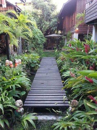 Chiang Mai Summer Resort : 栈道