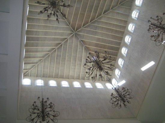 Iberostar Rose Hall Suites: Ceiling in lobby area
