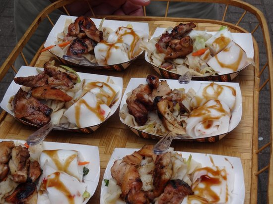 Hawaii Food Tours : shrimp and roast pork versions of rice noodles, alongside a chow funn