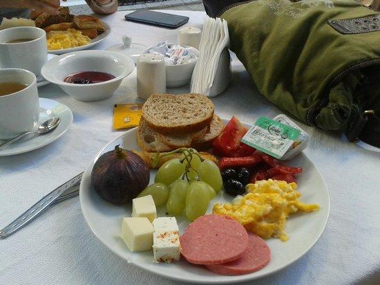 Hadrianus Boutique Hotel : Petit déjeuner servi au Secret Garden - Magnifique Terrasse