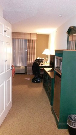 Country Inn & Suites By Carlson, Cincinnati Airport: wide hallway entry with kitchenette