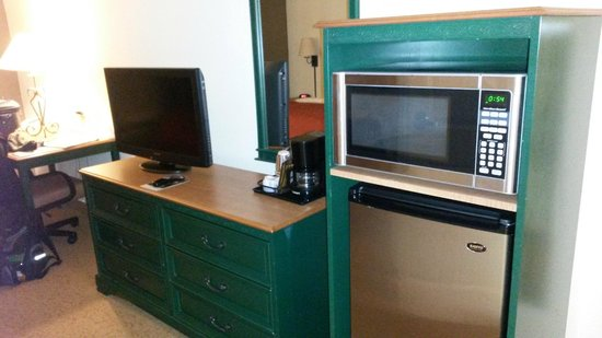 Country Inn & Suites By Carlson, Cincinnati Airport: Kitchenette with larger than normal fridge
