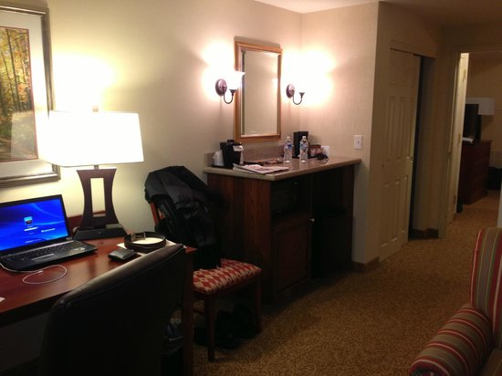 Country Inn & Suites By Carlson, State College (Penn State Area): Desk, minibar area