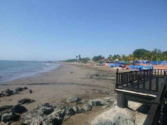 Azul Ixtapa Beach Resort & Convention Center: Beach from boardwalk