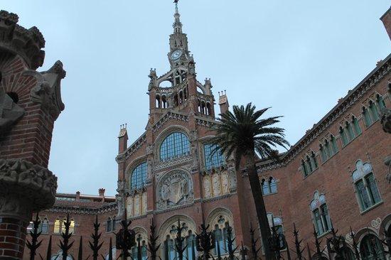BcnStop Sagrada Familia : Госпиталь Sant Pau хорошо узнаваем, находится через дорогу от отеля