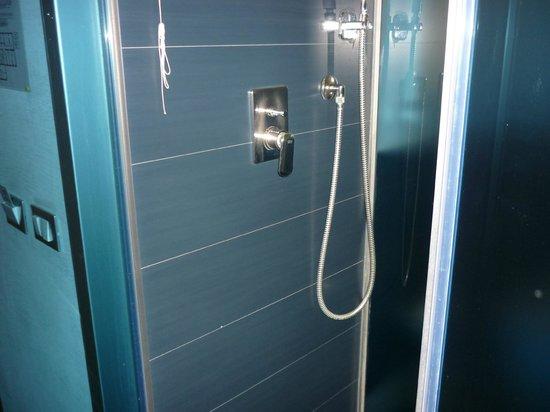 California Hotel: Ducha pequeña e incómoda, fuera del cuarto de baño.