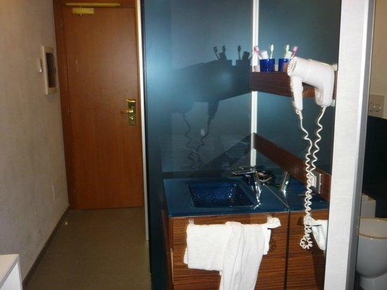 California Hotel: Lavamanos o lavatorio en el pasillo. El agua salpicaba demasiado al suelo de la habitación.
