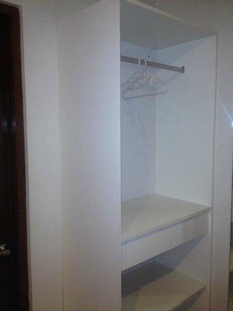 Escario Central Hotel: Closet