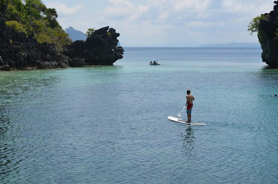 El Nido Resorts Apulit Island : paddle boarding outside our room