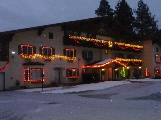 Alpen Rose Inn: The Alpen Rose decked out for Christmas