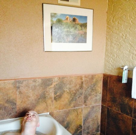 The Andante Inn of Sedona: Hot tub in room