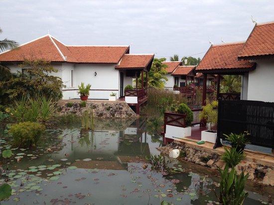 BEST WESTERN Suites and Sweet Resort Angkor: La vue des villas et terrasses sur le petit étang