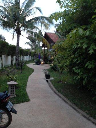 BEST WESTERN Suites and Sweet Resort Angkor: Belle végétation tropicale
