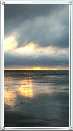 Corona del Mar Hotel & Apartments: Sunrise...Christmas Day from the dock at Corono Del Mar