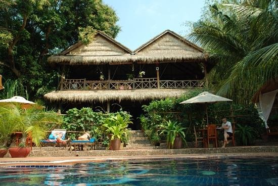 Kep Lodge: Reception & restaurant from the pool