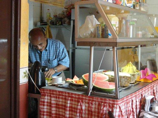 Hotel Posada del Centro : Rubén preparando el desayuno.